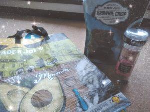 お土産。Trader Joe's のgrocery bagと食べ物。生徒と一緒に食べたよ